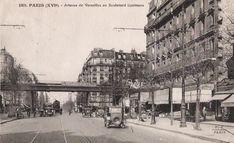 Nous sommes sur l'Avenue de Versailles, presque arrivés au carrefour avec le Boulevard Exelmans. Sur cette vue datant des années 1920-1930, on peut voir le pont du chemin-de-fer de Petite-Ceinture enjambant le carrefour. On aperçoit dessous un tramway en service sur l'avenue.