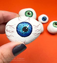 Rock Art Ideas and Inspiration. There's something special about rock painting. Instead of having a big canvas or a blank piece of paper to work with, rock art forces you to come up with a creative idea that will fit one particular shape and size. Yeux Halloween, Halloween Rocks, Halloween Eyes, Halloween Crafts, Halloween Tutorial, Halloween Activities, Rock Painting Supplies, Rock Painting Ideas Easy, Rock Painting Designs