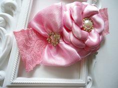 faixa de renda com flor boleada e laço de cetim com coração.Temos mais opções de cores