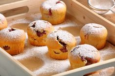 Muffins with jam sprinkled with powdered sugar on wooden tray Molten Cake, Cap Cake, Powdered Sugar, Relleno, Deli, Sprinkles, Breakfast Recipes, Health Fitness, Sweet