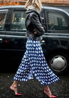 They Are Wearing: London Fashion Week Fall 2016 Photos : London Fashion Week Street Style RTW Fall 2016 London Fashion Weeks, Fashion Mode, Look Fashion, Fashion News, Autumn Fashion, Net Fashion, Street Fashion, Classy Fashion, Fashion Hacks