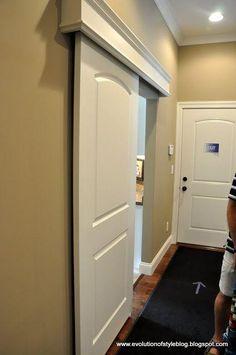 Si vives en una casa pequeña las puertas correderas son geniales para ahorrar espacio.