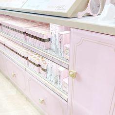 The Too Faced Carnaby Boudoir Store, Pink Makeup Counter Pink Makeup, Colorful Makeup, Simple Makeup, Pretty Makeup, Eye Makeup, Princess Beauty, Princess Anna, Princess Room, Chocolate Bar Eyeshadow