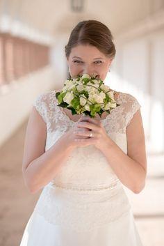 Auch an Bernadette und Markus Hochzeitstag meinte es der Wettergott wieder gut mit uns und die Sonne schenkte uns ihr strahlendstes Lächeln - Bilderfischer Lace Wedding, Wedding Dresses, Wedding Portraits, Fashion, Marriage Anniversary, Sun, Pictures, Bride Dresses, Moda