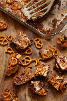 שוקו חם: בראוניז שיש עם עוגת גבינה, שוקולד לבן מקורמל ובייגלה