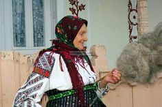 Romanian Peasant Hand Spinning Wool on a Distaff With Drop Spindle Spinning Wool, Hand Spinning, Spin Me Right Round, Drop Spindle, Native Beadwork, Hello Kitty Wallpaper, Bead Loom Patterns, Tapestry Weaving, Loom Beading