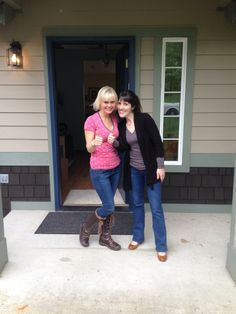 A big thanks and thumbs up from these two nice ladies! And also thanks from all of us here at WMLS! We always appreciate the smiling faces of our clients, as well as the thumbs up! Happy Wednesday to you all!  Be sure to check out our facebook page as well!  https://www.facebook.com/washingtonmoves?ref=hl