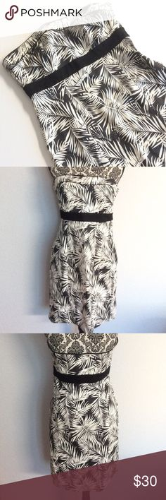 💥FINAL SALE💥H&M sleeveless summer dress In excellent pre loved condition. No rips. Zipper on the left side, fully functional. Color black and white. Size 12. 63% cotton, 34% polyester 3% spandex H&M Dresses Strapless
