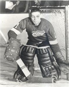 Terry Sawchuck - Detroit Red Wings This here ladies and gentleman is one tough cookie. It hurts getting a shot to the face with a helmet on. I cant even imagine losing my last bit of safety. Ice Hockey Teams, Hockey Goalie, Hockey Mom, Hockey Players, Hockey Stuff, Hockey Girls, Detroit Red Wings, Detroit Hockey, Detroit Sports
