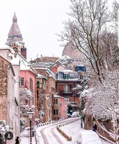 Paris, Montmartre during winter time Montmartre Paris, Oh The Places You'll Go, Places To Travel, Travel Destinations, Beautiful World, Beautiful Places, Urbane Fotografie, Torre Eiffel Paris, Snowy Pictures
