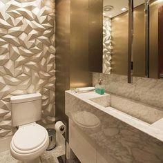 Lavabo maravilhoso com bancada de cuba esculpida em mármore Carrara, revestimento Synapsis da Solarium e torneira de teto  Requinte e sofisticação para um ambiente que merece toda a atenção! ☝️