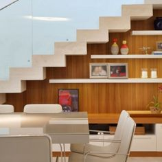 A escada com guarda-corpo em vidro transmite leveza e vira elemento de decoração da sala! #projetosadalagomide