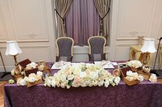 メインテーブルに、アンティークな小物も一緒に飾っています。