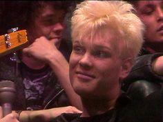 Vuonna 1981 syntyneestä bändistä tuli suomalaisen goottirockin uranuurtaja. Panda Nikander tarkastelee paraatin kulkua neljännesvuosisataa myöhemmin.