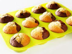 Vaahdota voi ja sokeri, lisää munat yksitellen voimakkaasti vatkaten. Lisää sekoitetut kuivat aineet. Jaa taikina kahtia, lisää toiseen puoleen 4 rkl kaakaojauhetta ja 1 tl appelsiinikuoriraastetta. Toiseen puoleen 4 rkl Myllärin Leivontakarkeita Vehnäjauhoja. Lusikoi muffinssimuotteihin molempia taikinoita. Paista 220 °C:ssa. 250 g voita 3 dl sokeria 4 munaa 4 dl Myllärin Leivontakarkeita Vehnäjauhoja 2 tl...
