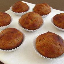 Our banana muffins recipe is very easy to prepare, with the pleasant aroma of banana that your kids will enjoy. Delicious Cake Recipes, Dessert Recipes, Yummy Food, Desserts, Muffin Recipes, Apple Recipes, Salmon Dishes, Portuguese Recipes, Portuguese Food