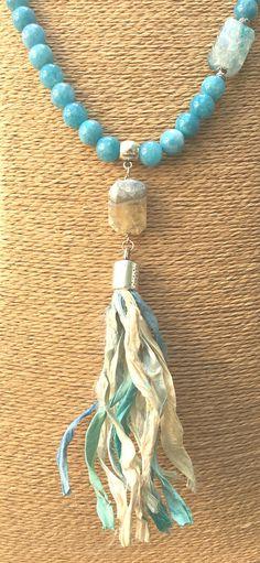 """COLLAR """"BLUESKY""""  Cuentas de ágata azul, con rectangulos ágata facetada blanco-azul, con abalorios plateados y borla sari blanco-azul-turquesa. - cuentas: ágata azul (10 mm), rectángulos ágata facetada blanco-azul (22x18 mm) - colgante: borla sari de seda natural blanco-azul-turquesa (11 cm)  Largo total del collar: 57,5 cm"""