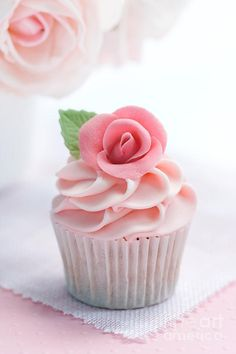 Rose Cupcake This would be cute on top of a whoopie pie