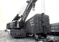 Industrial Brownhoist CPR 414476 , Auxiliary (Wreck) Crane, at work in an unidentified location, scanned from an old print. The crane was assigned to Calgary. Ho Scale Train Layout, Train Layouts, Train Museum, Canadian Pacific Railway, Holiday Train, Work Train, Railroad History, Rail Car, Old Trains