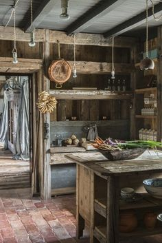Stefano Scatà Food Lifestyle and Interiors photographer Traditional Rumanian house in Breaza Old Kitchen, Rustic Kitchen, Country Kitchen, Primitive Kitchen Decor, Wooden Kitchen, Country Farmhouse, Farmhouse Decor, Cabin Interiors, Rustic Interiors