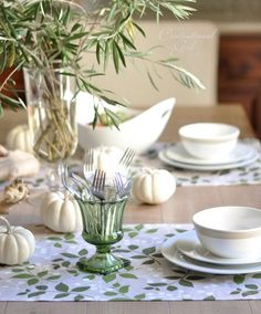 Whaaaaaatttt????No orange pumpkins, red and gold leaves, wine glasses filled with purple merlot? No fig and brie appetizers on that table? Well, still lovely to look at, and all it's missing is...a...few....SEASHELLS! ! ! !