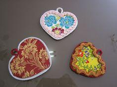 ENTRE TELAS: ADORNOS : INDUMENTARIA VALENCIANA Textiles, Pot Holders, Decorative Plates, Diy, Google, Ornaments, Fabrics, Hearts, Hot Pads