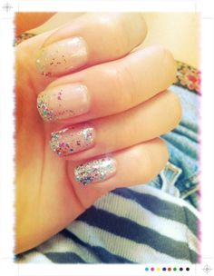 pretty glitter nails. i like the transition from just a little bit on the thumb and index finger to full glitter on the pinky. I'm thinking for my next pedi.