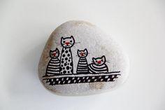 Cat pebble Pebble Painting, Pebble Art, Stone Painting, Rock Painting, Painted Rock Animals, Painted Rocks Craft, Painted Stones, Painted Pebbles, Stone Crafts