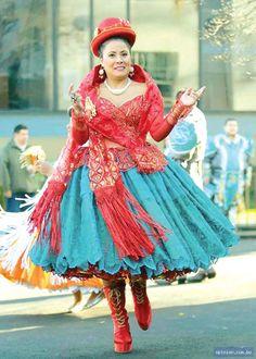 Está mujer esta llevando un pieza de ropa tradicional. La falda Boliviana se llama una pollera. Típicamente, tiene muchos colores, como azúl, rojo, y verde. Si visitas está país, necesitas llevar una pollera!! Bolivia, Harajuku, Victorian, Dresses, Style, Fashion, Red, Blue Nails, Green