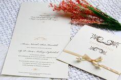 Perłowy papier écru, brązowy ornament, miodowa satynowa wstążka i perełki w naturalnym kolorze. Te wszystkie elementy tworzą efekt vintage, zawsze modny i interesujący dla oka.   Zaproszenie wykonywane ręcznie, łącznie z nawlekaniem perełek na wstążkę. Zaproszenie jest w pełni spersonalizowane.
