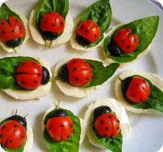 Cherry tomatoes, black olives, basil leaves,mozzarella cut in rounds,balsamic glaze. Method:Half the cherry tomatoes.Make an incision in the middle of one end of the cherry tomatoes. Cute Food, Good Food, Yummy Food, Amazing Food Art, Easy Food Art, Diy Food, Snacks Für Party, Easy Snacks, Bug Party Food