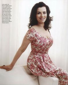 nigella lawson - I think she is one of the most beautiful women in the world. Chef Nigella Lawson, Tv Star, Domestic Goddess, Oui Oui, Cute Dresses, Formal Dresses, Sexy Women, Curvy, Celebs