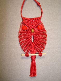 Collar de buho pequeño realizado con hilo encerado rojo.