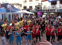 Clase de Locking al aire libre durante el Día Internacional de la danza en Torremolinos
