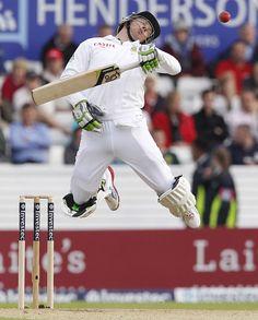 AB de Villiers (SA) fends off a short ball from Steven Finn vs England at headingley, August 2, 2012