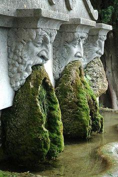 """LOURMARIN, village du Luberon classé """"Plus Beaux Villages de France"""" (Vaucluse, Provence, France) : fontaine moussue"""