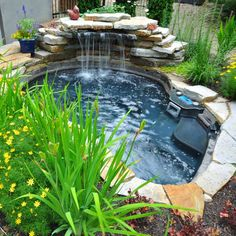 25 Astonishing backyard ponds with waterfalls that will amaze you Outdoor Fish Ponds, Fish Ponds Backyard, Small Backyard Pools, Patio Water Fountain, Indoor Water Garden, Pond Fountains, Diy Water Feature, Backyard Water Feature, Piscine Diy