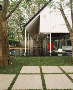 Image 16 of 29 from gallery of Floating Studio / Studio Air Putih. Photograph by Lim Ching Wei Modern Tropical House, Tropical Houses, Modern House Design, Tropical Design, Tropical Style, Tropical Architecture, Facade Architecture, Sustainable Architecture, Kingston House