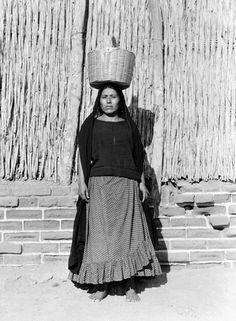 Con canasto en la cabeza. Tina Modotti Tina Modotti, Old Photos, Vintage Photos, Clemente Orozco, Mexican Art, Mexican Girls, Ap Drawing, Ballet Performances, Folk Costume