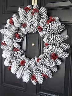 DIY door wreath made from pine cones. Beautiful decoration ideas with pine cones. – DIY craft ideas (Diy Wreath) The post Door wreath made of pine cones easy to make most beautiful deco ideas with pine cones. appeared first on Woman Casual. Pine Cone Crafts, Xmas Crafts, Felt Crafts, Paper Crafts, Noel Christmas, Christmas Ornaments, Primitive Christmas, Country Christmas, Pinecone Christmas Crafts