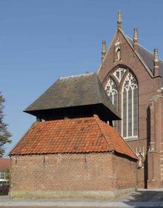 Bergeijk: Het luihuis is een klokkenstoel die zich voor de kerk bevindt. Hoewel er vroeger meer van zulke klokkenstoelen voorkwamen in Noord-Brabant zijn de meeste ervan verdwenen, zodat deze als uniek kan worden beschouwd. Het luihuis werd in 1669 gebouwd ter vervanging van de ingestorte toren. In het luihuis hangt een klok uit 1367, die gegoten is door Jacobus van Helmond.