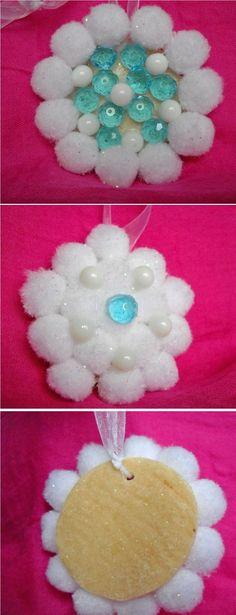 Decorazione a fiocco di neve: base in pasta di sale con pon pon bianchi, perle bianche e cristalli azzurri attaccati con colla a caldo