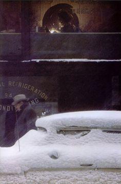 """""""Enfrentaba la creciente dualidad de desear que por fin descansara quien ya no era, y que no muriera el que una vez fue"""" ―Federico Vegas (Imagen: """"Seamstress"""", de Saul Leiter, 1952)"""