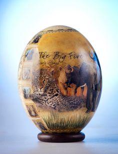 Uovo di struzzo di Big 5 decoupage: questo pezzo di guscio d'uovo di struzzo è stato trasformato dal sapiente decoupage raffiguranti magnifica Big 5 dell'Africa