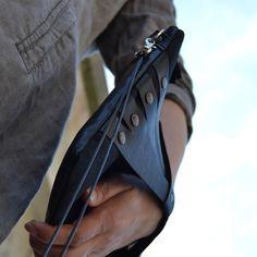 Questa croce corpo/frizione è realizzata in tessuto di pelle e rami upcycled -Retro è in pelle nera upcycled e frontside è neri rami -Dettaglio in pelle sulla parte anteriore è realizzata in pelle nera upcycled -Borchie di metallo color pistola -Argento metallo cerniera YKK (lungo) -Lunga staccabile doppio cinturino corda -Fodera in misto cotone nero -Fatto a mano in Finlandia  Elegante borsa a tracolla per luso quotidiano o di sera. Si può facilmente staccare la cinghietta e utilizzare la…