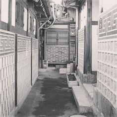 .@yush86 | #흑백 #무채색 #골목 매력은 아무것도 없는 색 | Webstagram