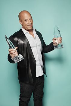 Vin Diesel at an event for People's Choice Awards Vin Diesel Wife, Diesel Fuel, Vin Diesel Shirtless, Dominic Toretto, Sexy Men, Hot Men, Hollywood Men, Hollywood Actresses, Hottest Male Celebrities
