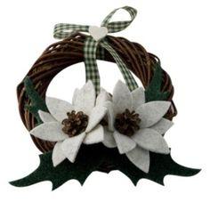 Ghirlanda con fiori di tessuto e pigne