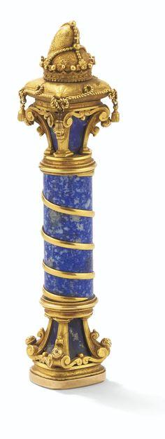 Cachet en Lapis Lazuli monté en or, Autriche, vers 1876. Le cachet en forme de colonne coiffée d'un bonnet de doge, la matrice en lapis gravée aux armes des comtes Mocenigo, de Venise, et des princes Windisch-Graetz, d'Autriche, timbrées d'une couronne sur manteau