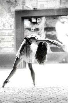 .Ballet é uma dança inspiradora também uma forma de adorar á Deus é dançando Ballet. Tem várias formas de aprender exige tempo e muito,muito ensaio para ser uma bailarina de Deus